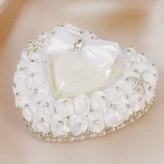 Подушечка для колец в виде сердца белая 14*8*13см Свадебные аксессуары