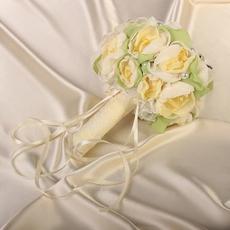 Букет для невесты из роз, дополнен брошью с россыпью страз.цвет айвори Свадебные аксессуары