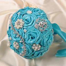 Букет для невесты из атласных роз, украшен бусинами и брошками со стразами.цвет голубой Свадебные аксессуары