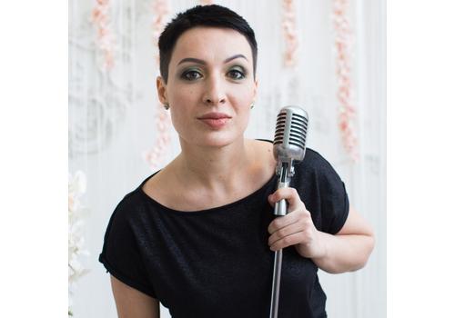 Ведущая Анастасия Комракова