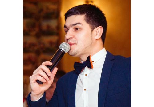 Ведущий Владимир Певцов