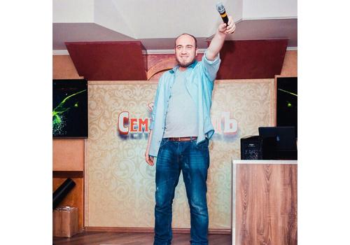 Ведущий Денис Несенко